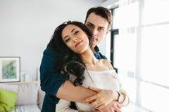 Belle jeune femme étreignant avec un homme Photographie stock libre de droits