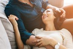 Belle jeune femme étreignant avec un homme Soin, fiabilité, amour et relations étroites entre les personnes Images stock