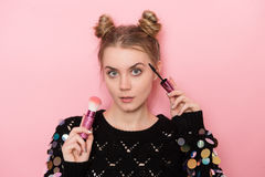 Belle jeune femme adulte faisant le maquillage utilisant la brosse de mascara et de poudre photographie stock libre de droits