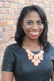 Belle jeune femme africaine élégante de portrait - image courante image libre de droits