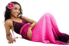 Belle jeune femme africaine habillée dans le rose et le pourpre Photo stock