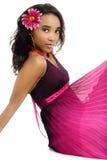Belle jeune femme africaine habillée dans le rose et le pourpre Photos libres de droits