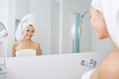 Belle jeune femme appliquant la crème d'hydratation faciale Concept de Skincare Photos stock
