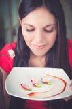 Belle jeune femme appréciant des fruits de mer délicieux Image libre de droits