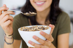 Belle jeune femme appréciant le petit déjeuner à la maison Images libres de droits