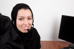 Belle jeune femme arabe avec des écouteurs Image stock