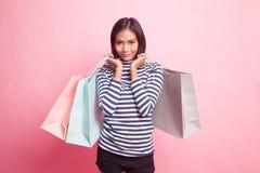Belle jeune femme asiatique avec des paniers photographie stock