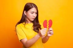 Belle jeune femme asiatique avec le coeur brisé Image stock