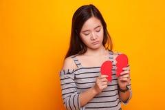 Belle jeune femme asiatique avec le coeur brisé Photographie stock libre de droits