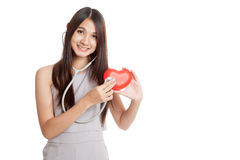Belle jeune femme asiatique avec le coeur et le stéthoscope rouges Images stock