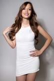 Belle jeune femme asiatique dans la robe blanche avec la peau impeccable images libres de droits