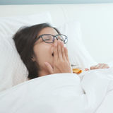Belle jeune femme asiatique se réveillant pendant le matin Photos libres de droits