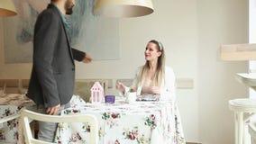 Belle jeune femme attendant sa date dans un café clips vidéos