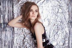Belle jeune femme au-dessus d'aluminium brillant image libre de droits