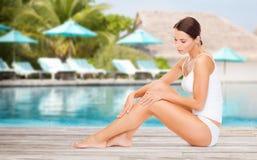 Belle jeune femme au-dessus de piscine de plage Photos stock