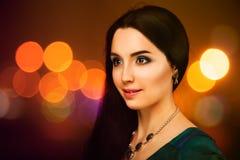 Belle jeune femme au-dessus des lumières lumineuses de nuit Photographie stock