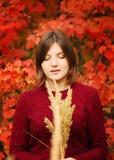 Belle jeune femme Autumn Portrait Image libre de droits