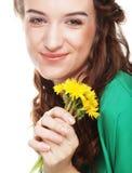Belle jeune femme avec de grands pissenlits jaunes Photos stock