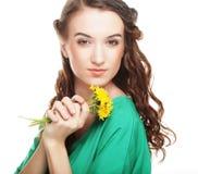 Belle jeune femme avec de grands pissenlits jaunes Images libres de droits