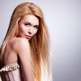 Belle jeune femme avec de longs cheveux blonds Photographie stock