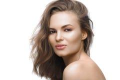 Belle jeune femme avec de longs cheveux bruns sur le fond blanc Images libres de droits