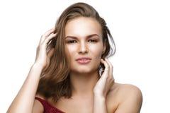 Belle jeune femme avec de longs cheveux bruns sur le fond blanc Photographie stock libre de droits