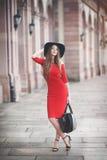 Belle jeune femme avec de longs cheveux, chapeau noir, panier Photo stock
