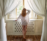 Belle jeune femme avec de longs cheveux sinueux rouges Photographie stock libre de droits