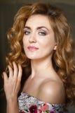 Belle jeune femme avec de longs cheveux sinueux rouges Images stock