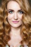 Belle jeune femme avec de longs cheveux sinueux rouges Images libres de droits