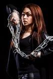 Belle jeune femme avec des chaînes Image libre de droits