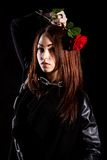 Belle jeune femme avec des chaînes et une rose rouge Images libres de droits