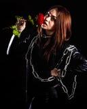 Belle jeune femme avec des chaînes et une rose rouge Photo libre de droits