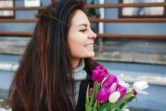 Belle jeune femme avec des fleurs portrait extérieur, bouquet frais de prise de fille de ressort, dame élégante à la mode à la vi Images libres de droits