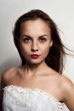 Belle jeune femme avec des taches de rousseur Photo libre de droits