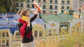 Belle jeune femme avec des verres appelant par le téléphone sur le fond de ville banque de vidéos