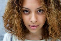 Belle jeune femme avec l'expression sérieuse Photo stock