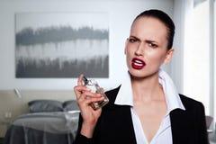 Belle jeune femme avec la bouteille de parfume Images libres de droits