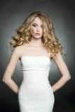 Belle jeune femme avec la coiffure bouclée photographie stock libre de droits
