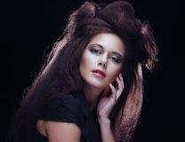 Belle jeune femme avec la coiffure magnifique images stock