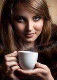 Belle jeune femme avec la cuvette de café Image stock