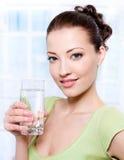 Belle jeune femme avec la glace de l'eau Image libre de droits