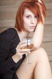 Belle jeune femme avec la glace de vin Photo libre de droits