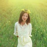Belle jeune femme avec la guirlande des fleurs en été image libre de droits
