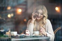 Belle jeune femme avec la longue tasse blonde de boissons de cheveux de coff Image libre de droits
