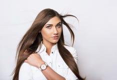 Belle jeune femme avec la montre-bracelet images stock