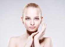 Belle jeune femme avec la peau fraîche propre Image libre de droits