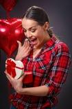 Belle jeune femme avec le cadeau de coeur de boîte Photographie stock