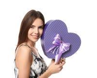 Belle jeune femme avec le cadeau pour le jour du ` s de Valentine Photographie stock libre de droits