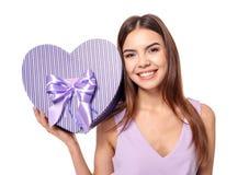 Belle jeune femme avec le cadeau pour le jour du ` s de Valentine Photos stock